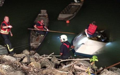 Motorboot kracht gegen Felsen: 1 Toter