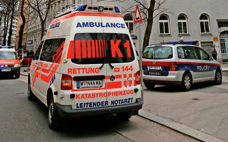 Pkw crasht in Radfahrer: Fahrerflucht