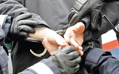 Mann soll in Wien Frau belästigt & Polizisten attackiert haben