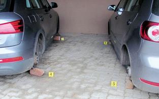 Reifendiebe bockten Autos auf Ziegeln auf