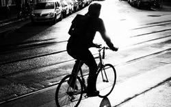 E-Bikerin crasht mit Omnibus - 42-Jährige tot
