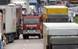 Lkw kippt während Fahrt um: Lenker tot