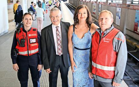 """""""Rotjacken"""" bewachen die Wiener U-Bahn"""