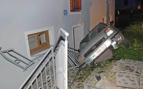 Lenkerin kracht mit Auto gegen Hausmauer