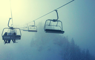 Skifahrerin stürzt knapp neun Meter aus Sessellift