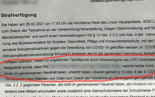 Frau muss 150 Euro zahlen, weil sie jemanden umarmte