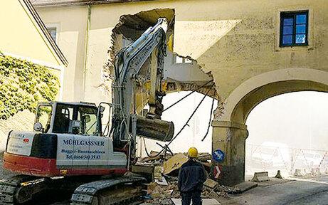 Bürger protestieren nach Torbogen-Crash