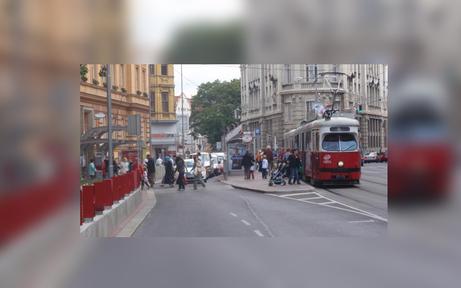 Frau randalierte in Bim - Stau