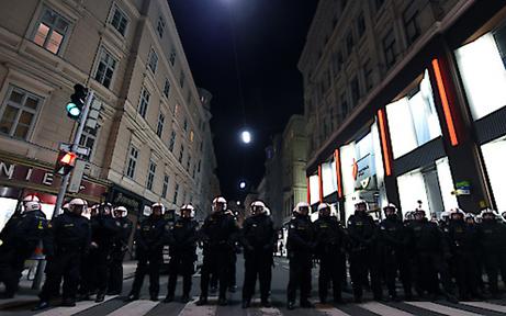 500 Polizisten schützen heute Arena Liesing