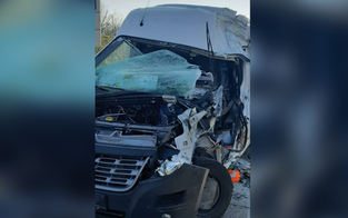 Klein-Lkw crasht in Kolonne: Lenker schwer verletzt