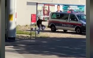 Video: Polizeiauto in Wien mit Steinen beworfen & zerstört