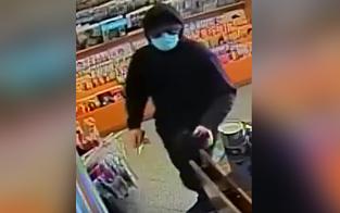 Mann mit Corona-Maske und Messer überfällt Trafik