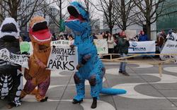 Demo vor Automesse: Mit Dinos fürs Klima