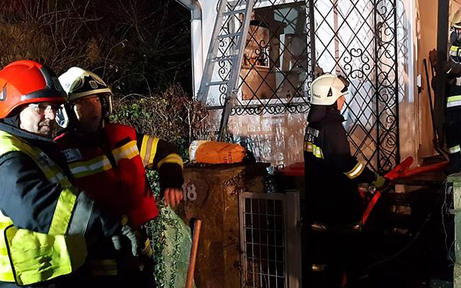 Feuerwehr bekämpft Brand mit Motorsäge