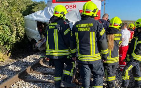 100 Meter mitgeschleift: Lieferwagen-Fahrer stirbt nach Crash mit Zug