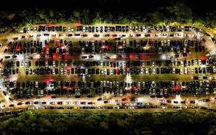 Irres Drohnenbild: Massen-Treffen von Autofans am Kahlenberg