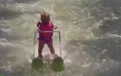 Irre: 6 Monate altes Mädchen fährt Wasserski