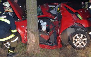 20-Jähriger kracht mit Auto gegen Baum - tot