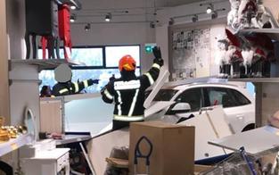 42-jährige Lenkerin crasht in Shop: Zwei Verletzte