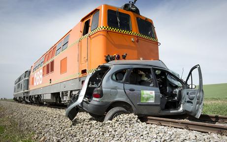 Pkw von Zug erfasst - Lenkerin verletzt