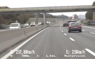 Lenker fühlte sich verfolgt: mit 237 km/h auf A1