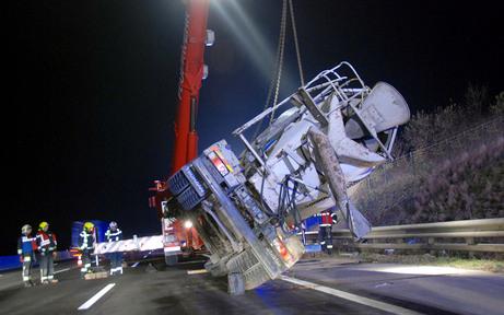 Lkw auf A2 bei Wiener Neudorf umgekippt