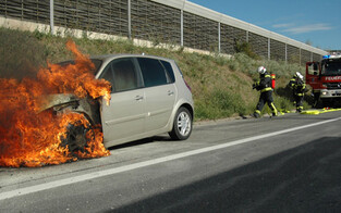 Südautobahn: Auto brennt aus