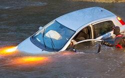 Frau (33) stürzt mit Auto in Fluss