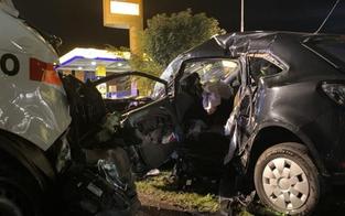 Rettungswagen crasht in Auto: Frau bei Kollision getötet