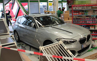 Luxus-BMW-Lenkerin crasht in Tierhandlung