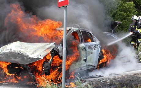 Auto fing nach Frontalcrash Feuer: Vierköpfige Familie verletzt