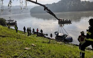 Auto rollte in die Donau