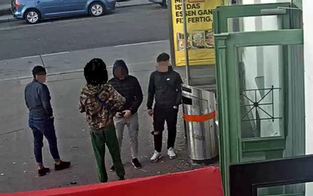 Teenie-Bande mit Pistole raubte Opfer Kopfhörer