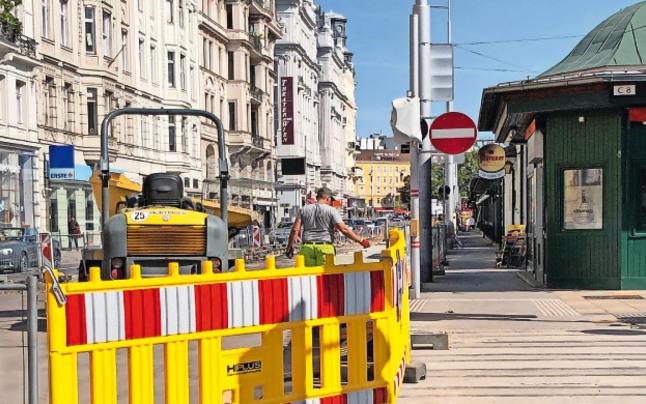 Nur zwei Arbeiter am Radweg an der Wienzeile