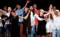 Conchita Wurst singt mit Schülern