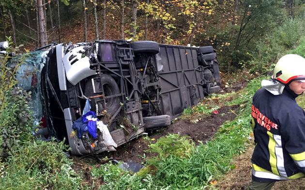 Bus stürzt über Böschung: Mehrere Verletzte