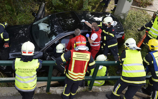 Pkw krachte ins Bachbett: 2 Verletzte