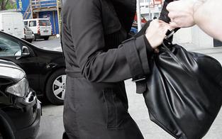 Handtaschen-Dieb rannte auf der Flucht in ein Auto