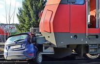 Güterzug riss Auto 140 Meter weit mit sich