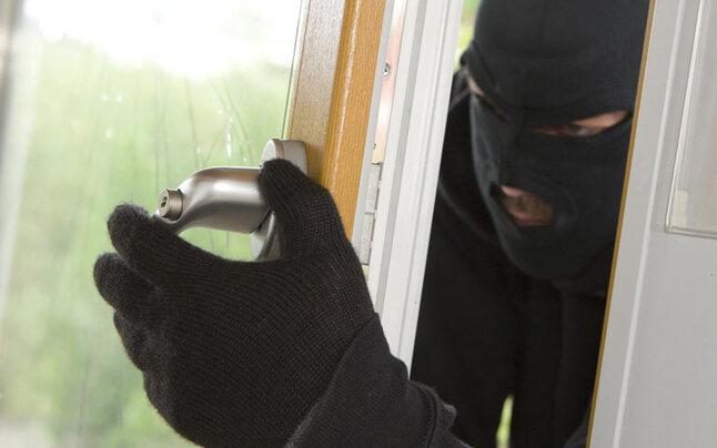 Einbrecher stürzt bei Fluchtversuch von Hauswand