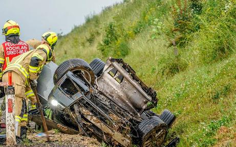 Cabrio kam von nasser Fahrbahn ab und überschlug sich