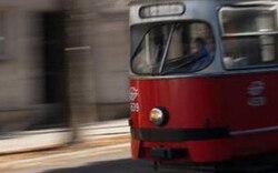 2-jähriges Kind prallt gegen Straßenbahn: Schwer verletzt