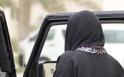 Verbot: Polizei umstellt Autofahrerin