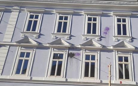 FPÖ-Parteizentrale in Graz mit Farbkugeln beworfen