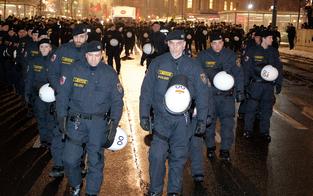 Hunderte Polizisten begleiten Demo gegen Opernball