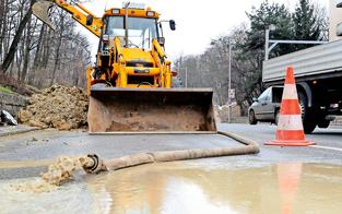 Wasserrohrbruch legt Verkehr in Favoriten lahm