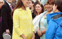 Kate strahlt bei Gartenfest mit Babybauch
