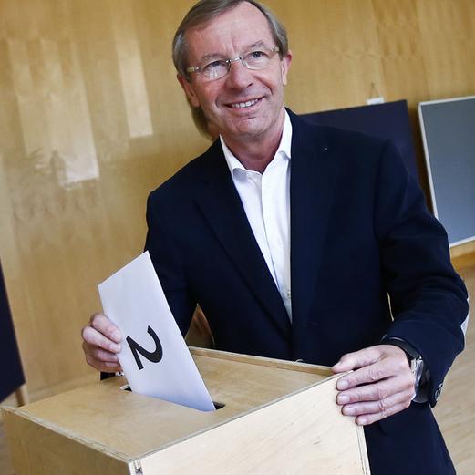 Haslauer bei der Stimmabgabe
