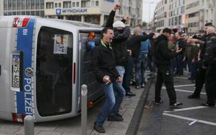 Hooligan-Randale: 44 Polizisten verletzt