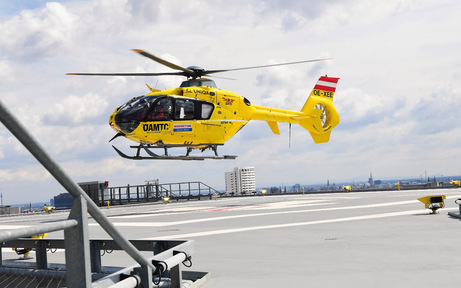 1. Hubschrauber landet am Wilhelminenspital
